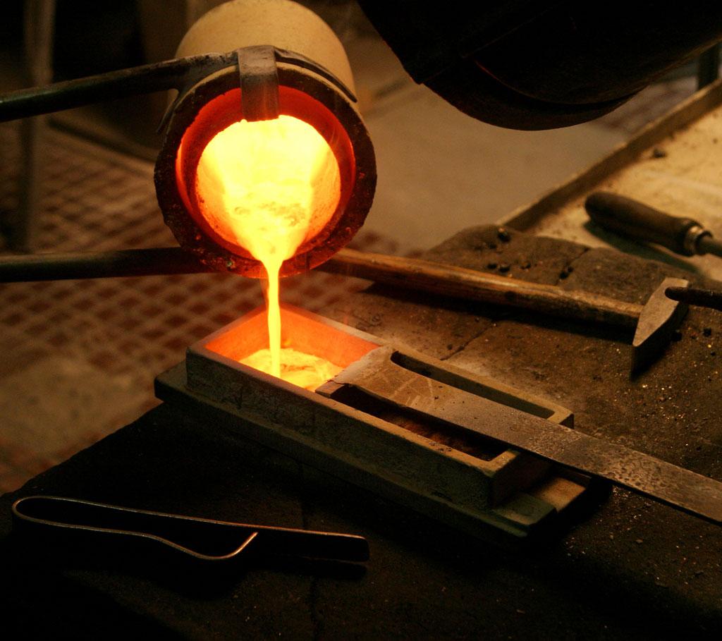 Odlewnia - przelewanie rozgrzanego metalu do matrycy