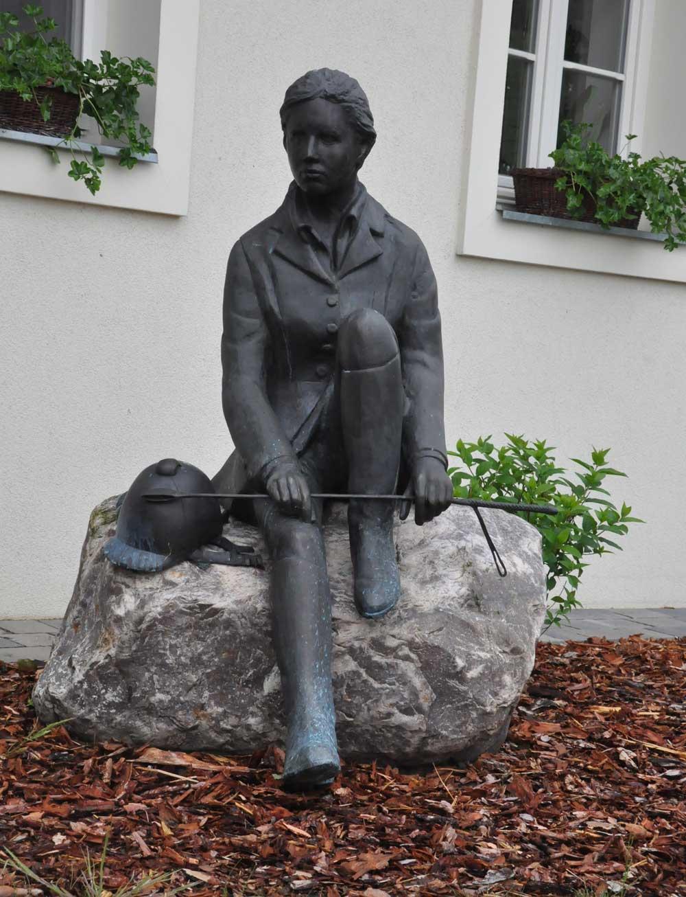 Rzeźba portretowa - młoda kobieta w stroju jeźdźca z toczkiem i palcatą