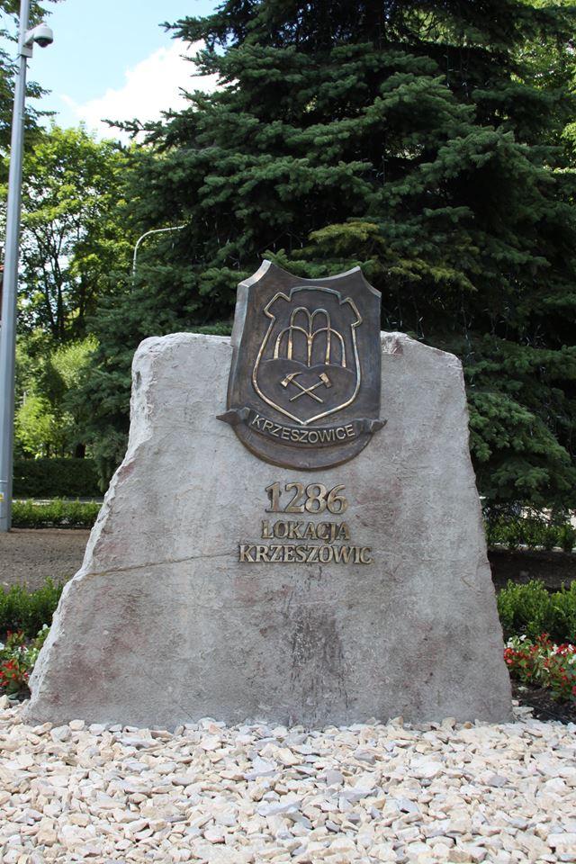 tablica osadzona w kamieniu upamiętniająca lokację miasta Krzeszowice