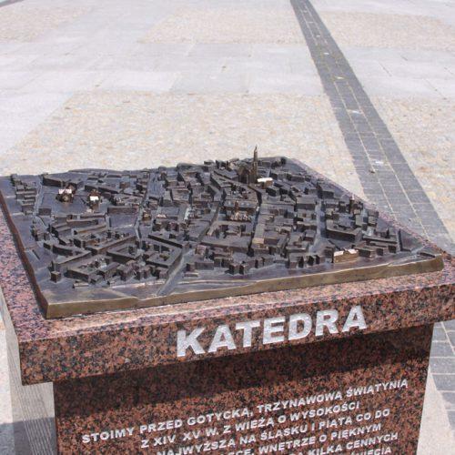 Pomnik - makiety i płyty drogowskazowe